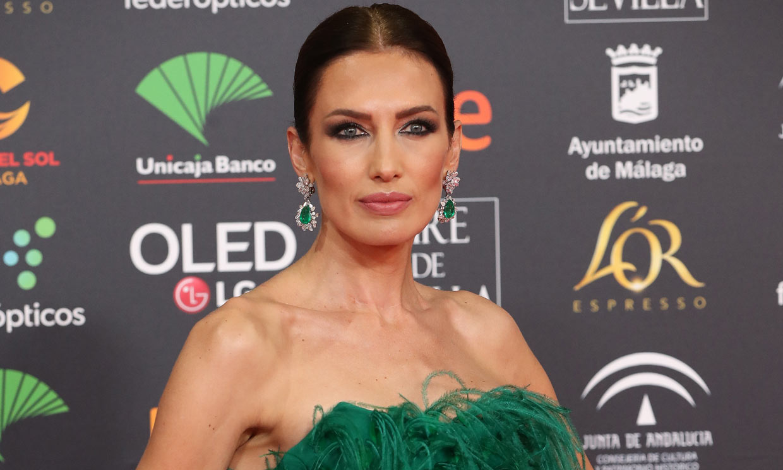 La historia del look de Nieves Álvarez: un fabuloso vestido de plumas y joyas de Gina Lollobrigida