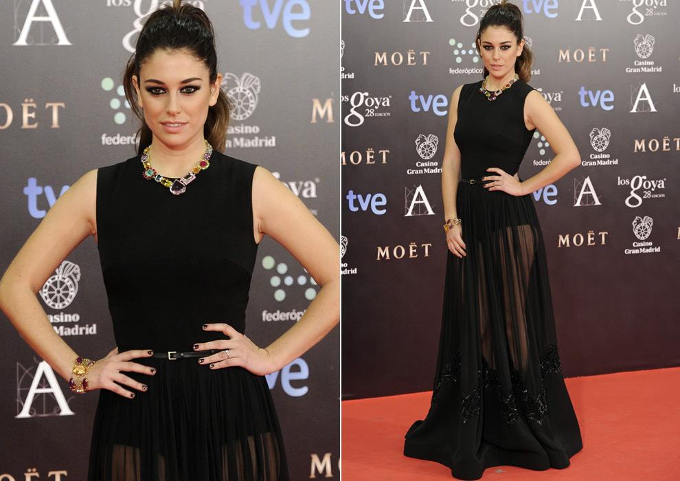 Vestido negro con joyas doradas